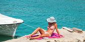 Femme en bikini sur la plage tropicale — Photo