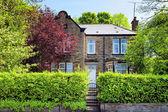 Uma casa típica inglesa com um jardim — Foto Stock