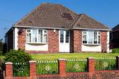 Típica inglês casa com um jardim — Foto Stock