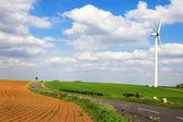 春天字段上的风力发电机组 — 图库照片