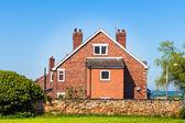 Típica casa inglesa em céu azul — Foto Stock