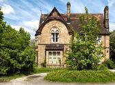 Uma casa típica inglesa com jardim — Foto Stock