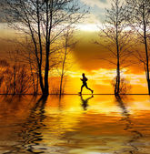 Silhouette of man running at sunset — Stock Photo