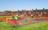 Parque infantil y edificios típicos ingleses — Foto de Stock