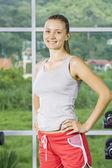 Portret młodej kobiety ładne coraz zajęty w siłowni — Zdjęcie stockowe