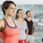 Genç spor salonunda meşgul Başlarken güzel bir portresi — Stok fotoğraf
