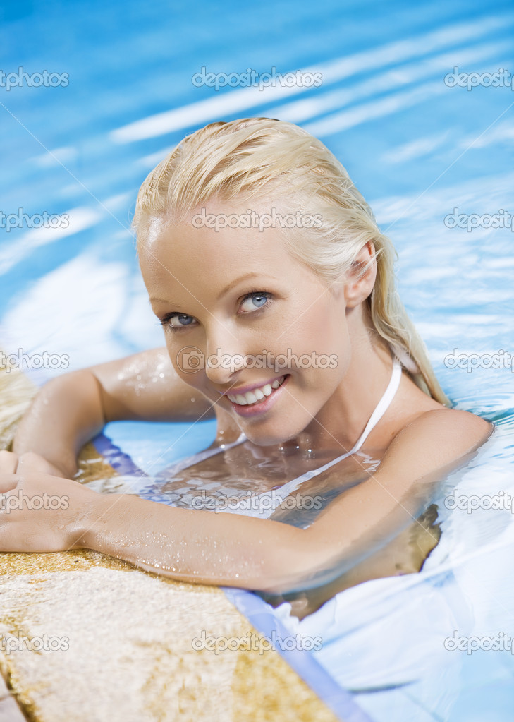 Portrait of young attractive woman having good time swimming pool — Stock Photo #12768487
