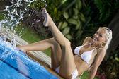 Retrato de mujer atractiva joven pasando bien en ambiente tropical — Foto de Stock