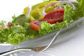 Close up view of schön frischer salat auf weiße rückseite — Stockfoto