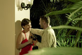 Retrato en bonita pareja pasando bien en ambiente tropical — Foto de Stock