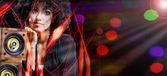 クローズ アップ ナイトクラブ環境で良い時間を過ごして美しい女性の肖像画 — ストック写真