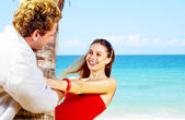 Retrato de pareja atractiva teniendo cita en la playa — Foto de Stock