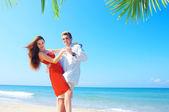 Porträtt av attraktiva par med datum på stranden — Stockfoto