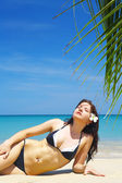 View of a nice young female in tropical environment — Foto Stock