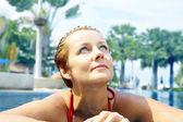 Ritratto di donna giovane bella rilassante in piscina — Foto Stock