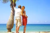 Ett porträtt av attraktiva par med datum på stranden — Stockfoto