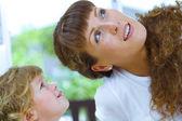 Wysokiej kluczowych portret szczęśliwy matki z dzieckiem — Zdjęcie stockowe