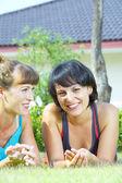 портрет двух молодая женщина, весело в среде летом — Стоковое фото