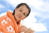 Portrait of nice brunette in summer environment — Stockfoto