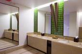 Vista panorâmica de bom stile moderna casa de banho. — Fotografia Stock