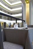 Fragmento como vista de ambiente de mesa no restaurante moderno — Fotografia Stock