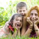 Retratos de niños con mamá pasando bien en ambiente de verano — Foto de Stock