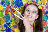 Portrét mladé atraktivní ženy na barevném pozadí — Stock fotografie