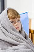 Retrato de uma linda garotinha olho azul envolto em toalha — Foto Stock