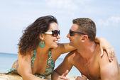 Un ritratto di coppia attraente avendo divertimento sulla spiaggia — Foto Stock