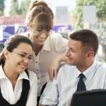 Porträt der jungen Wirtschaft diskutiert Projekt in Büroumgebung — Stockfoto