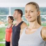 Retrato de joven bien ocupada en gimnasio — Foto de Stock