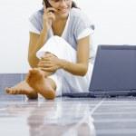 Porträt der jungen Frau mit ihrem laptop — Stockfoto