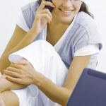Портрет молодой красивой женщины с ее ноутбуком — Стоковое фото