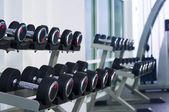Fragmento como vista del interior del gimnasio con unas pesas — Foto de Stock