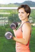 Spor salonunda meşgul başlarken genç güzel kadın portresi — Stok fotoğraf