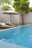 Bu havuzda güzel lüks tropikal veranda manzarasına — Stok fotoğraf