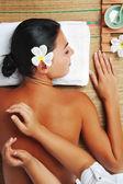 Retrato de mujer joven hermosa en ambiente de spa. — Foto de Stock
