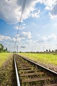 Uçağın arka planda ve demiryolu — Stok fotoğraf