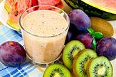 Milkshake avec prunes et le melon d'eau — Photo
