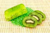 Jabón casero y sal con kiwi — Foto de Stock