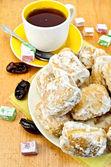 ボード上の東洋のお菓子と紅茶 baursak — ストック写真