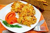 Krapfen-Huhn mit Gemüse und Brot auf einem Brett — Stockfoto
