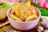 Fritters chicken in a pink bowl on the board — Stock Photo