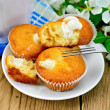Cupcakes with sweet cream on a plate — Stock Photo