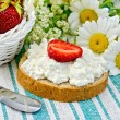 Bread with curd cream and strawberries on a green napkin — Stock Photo