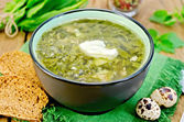 Soup green of sorrel and nettles with eggs on the board — Stock Photo