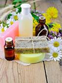 Losyon ve kır çiçekleri yönetim kurulu ile sabun ile petrol — Stok fotoğraf