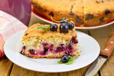 Pie with berries of black currant and knife on board — Foto de Stock