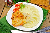 Fish fried with mashed potatoes on napkin — Stockfoto