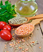Lentils red and green with oil on board — Foto Stock